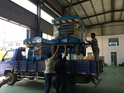 郑州宇德集团刘经理订购移动式升降机装车